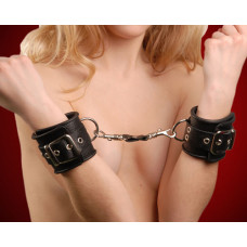 Черные кожаные наручники с ремешком с двумя карабинами на концах