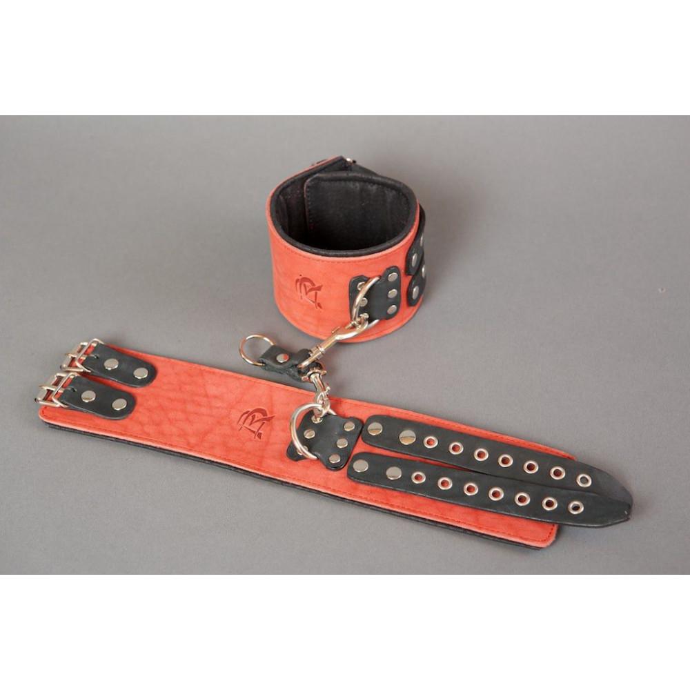 Широкие красные наручники из кожи на чёрных ремешках